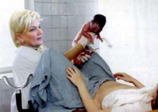 Фотографія новонародженого в руках акушерки, facekid.ru