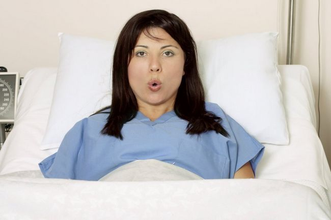 дівчина дихає під час пологів