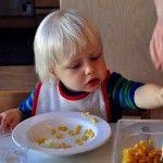 Харчування дитини 11 - 12 місяців: прикорм і добовий набір продуктів. Про важливість режиму годування