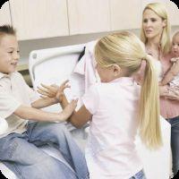 Дитина б`ється що робити