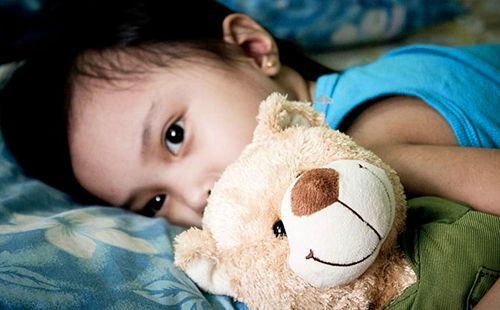 Навіть улюблений ведмедик не може допомогти сумною самотньою дівчинці