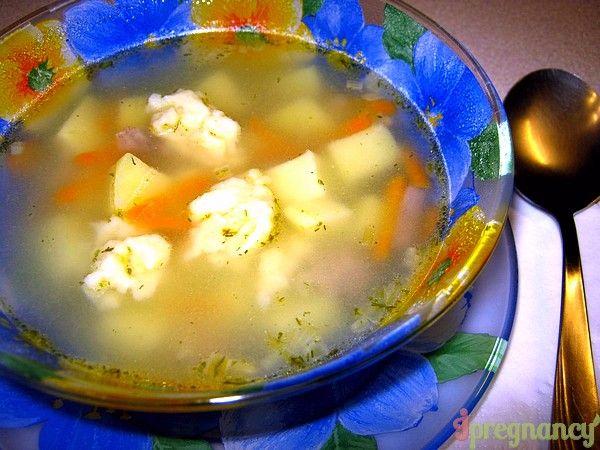 порція супу з галушками
