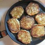 На гарячу сковорідку готове тісто викладати столовою ложкою так, щоб вийшли сирники товщиною не більше півтора сантиметрів