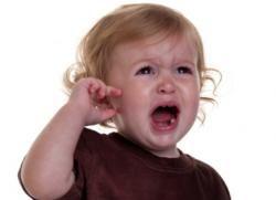 У дитини болить вухо